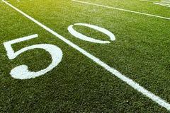 Línea de yardas 50 en campo de fútbol Fotos de archivo libres de regalías