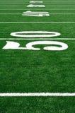 Línea de yardas 50 en campo de fútbol americano Imagenes de archivo