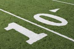 Línea de yardas 10 en campo de fútbol americano Imagen de archivo libre de regalías