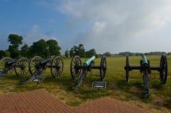 Línea del cañón en campo de batalla Foto de archivo libre de regalías