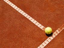 Línea del campo de tenis con la bola 4 Fotografía de archivo libre de regalías