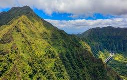 Línea del canto de la montaña de la visión aérea en Honolulu Hawaii fotografía de archivo