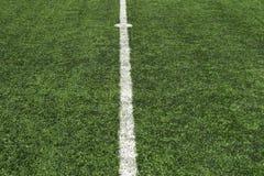 Línea del centro del césped del fútbol Foto de archivo