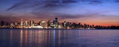 Línea del cielo de Vancouver en el panorama de la noche Imágenes de archivo libres de regalías