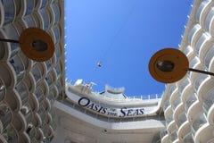 Línea del cierre relámpago a bordo el oasis de los mares Fotografía de archivo libre de regalías