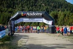Línea del comienzo en la raza de campeonatos de funcionamiento de la montaña del mundo imágenes de archivo libres de regalías