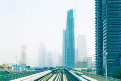 Línea del metro en la ciudad de Dubai Fotos de archivo libres de regalías