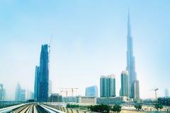 Línea del metro en la ciudad de Dubai Imagenes de archivo