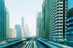 Línea del metro en la ciudad de Dubai Fotografía de archivo libre de regalías