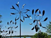 Línea del molinillo de viento sobre el lago blanco rock imagen de archivo