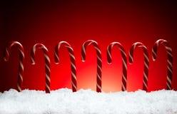 Línea del palillo del caramelo de la composición del Año Nuevo de la Navidad en backgroun rojo Foto de archivo libre de regalías