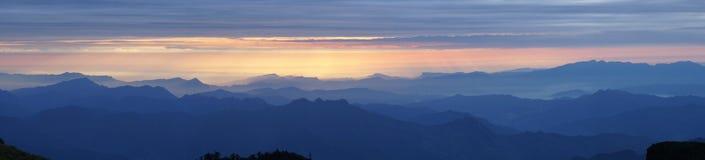 Línea del sur salida del sol de Chuanzang de la montaña del niubei Imagenes de archivo