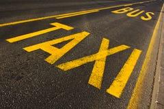 Línea del taxi y de omnibus Foto de archivo libre de regalías