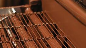 Línea del transportador del producto en una fábrica del chocolate almacen de metraje de vídeo