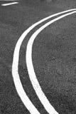 Línea doble en el camino de ciudad imágenes de archivo libres de regalías