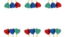 Línea dos de corazones rojos, azules, grises en el fondo blanco Fotografía de archivo