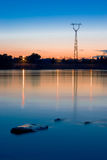 Línea eléctrica cerca del río Imagenes de archivo