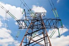 Línea eléctrica contra fondo del cielo. Imagenes de archivo