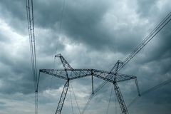 Línea eléctrica de alto voltaje imagenes de archivo