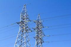 Línea eléctrica de alto voltaje - azul Imagenes de archivo