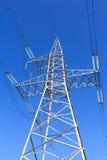 Línea eléctrica de alto voltaje - azul Fotos de archivo libres de regalías