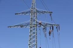 Línea eléctrica de alto voltaje - azul Imagen de archivo