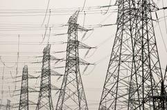 Línea eléctrica de alto voltaje - azul Foto de archivo