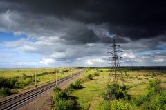 Línea eléctrica de alto voltaje bajo el cielo melancólico. Imagen de archivo libre de regalías