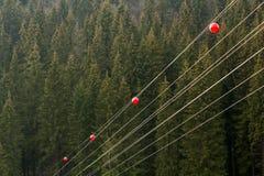 Línea eléctrica de alto voltaje con la bola grande para los pilotos amonestadores, la Florida baja Imagen de archivo libre de regalías