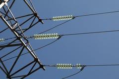 Línea eléctrica de alto voltaje de la ayuda del braguero fotos de archivo