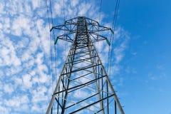Línea eléctrica de alto voltaje en polos del metal fotografía de archivo libre de regalías