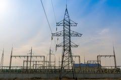 Línea eléctrica de alto voltaje que sale de la central eléctrica imagenes de archivo