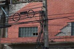 Línea eléctrica de Electrica y línea de comunicaciones en ciudad Imagenes de archivo