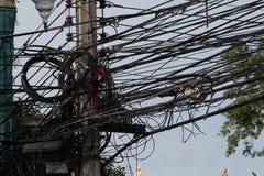 Línea eléctrica de Electrica y línea de comunicaciones en ciudad Fotos de archivo libres de regalías