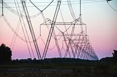 Línea eléctrica del pilón y de la transmisión fotos de archivo