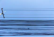 Línea eléctrica del poder en cielo azul Imagenes de archivo