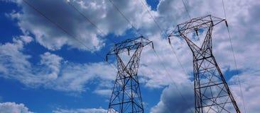 Línea eléctrica eléctrica contra la nube y el cielo azul Imágenes de archivo libres de regalías