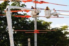Línea eléctrica eléctrica de los instaladores de líneas Fotos de archivo