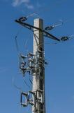 Línea eléctrica eléctrica en polo concreto Imagen de archivo