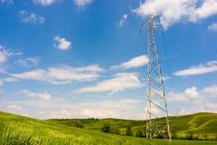 Línea eléctrica en campo verde Imagen de archivo