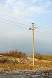 Línea eléctrica en la duna del invierno de la escupida de Curonian Fotografía de archivo