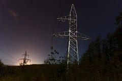 Línea eléctrica en la noche con las estrellas Imagen de archivo libre de regalías