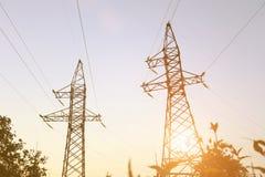 Línea eléctrica en la puesta del sol fotos de archivo libres de regalías