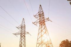 Línea eléctrica en la puesta del sol fotografía de archivo libre de regalías