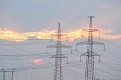 Línea eléctrica en la puesta del sol Imagenes de archivo