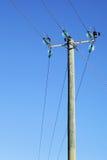 Línea eléctrica en pilar de madera Foto de archivo
