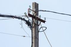 Línea eléctrica en posts de madera contra el cielo azul Imagenes de archivo