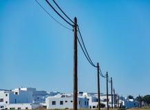 Línea eléctrica rural en pueblo meridional Foto de archivo libre de regalías