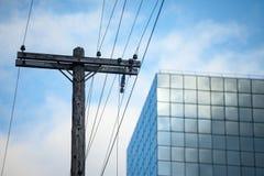 Línea eléctrica, viejo eléctrico y anticuado, en una energía de madera putrefacta del polo, el hacer frente y del abastecimiento  imagenes de archivo
