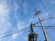 Línea eléctrica eléctrica, viejo y anticuado, en un polo de madera putrefacto, siguiendo estándares norteamericanos, en la ciudad fotografía de archivo libre de regalías